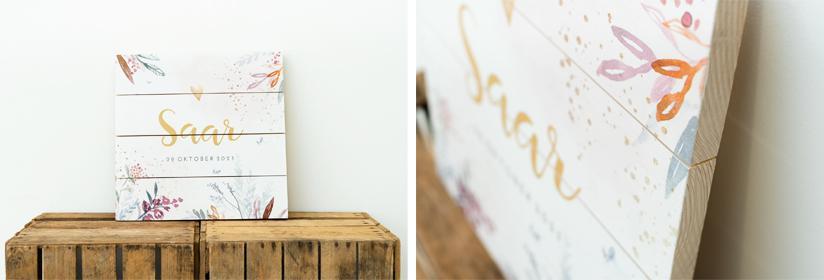 Je geboortekaartje op een houten paneel